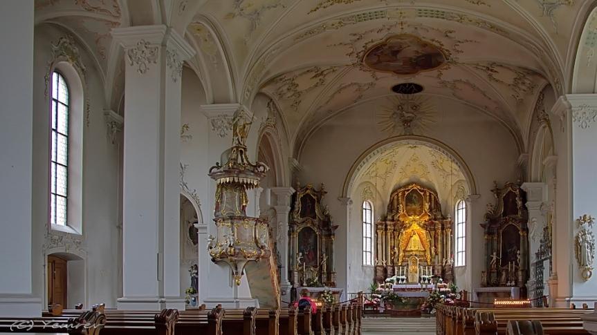 Interieur met altaar
