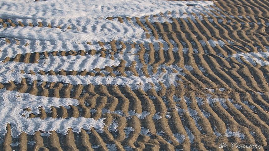 IJs en zand op het strand